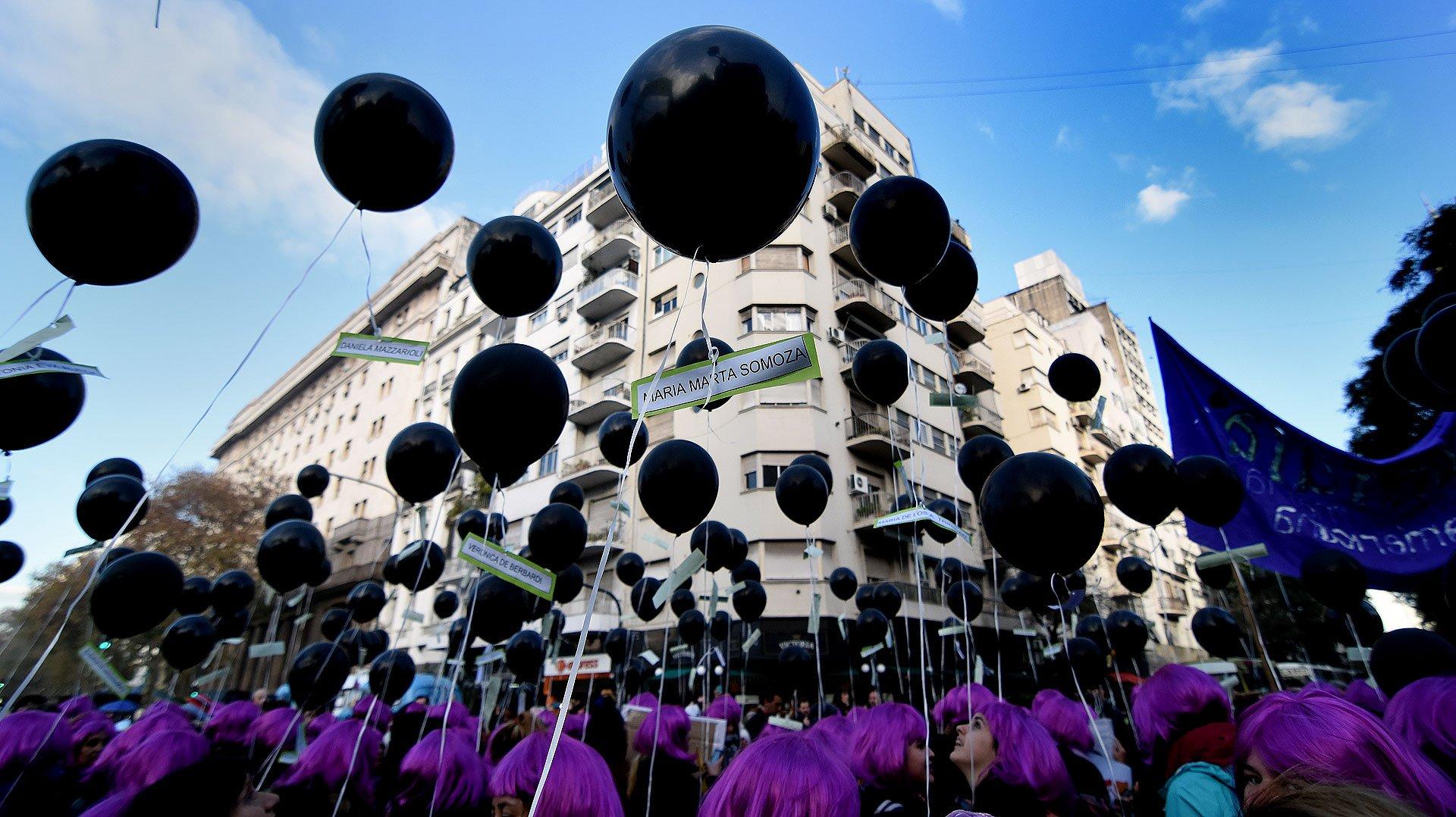 """Las integrantes de la agrupación Mujeres de Matria Latinoamericana (MuMaLa) llevaron globos y pelucas violetas. Fuente: infobae.com """"#NiUnaMenos: 70 imágenes de la multitudinaria marcha"""""""